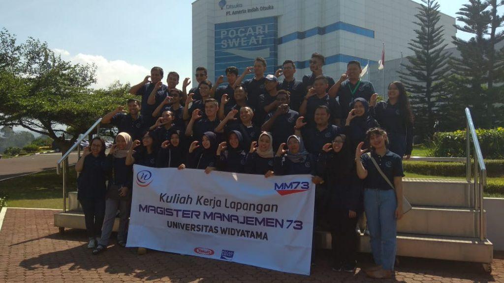 Foto bareng di depang gedung PT Amerta Indah Persada